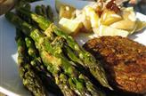 Asperges vertes au citron, salade de pommes de terre et burger végé