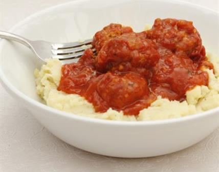 Boulettes végé à la sauce tomate avec de la purée