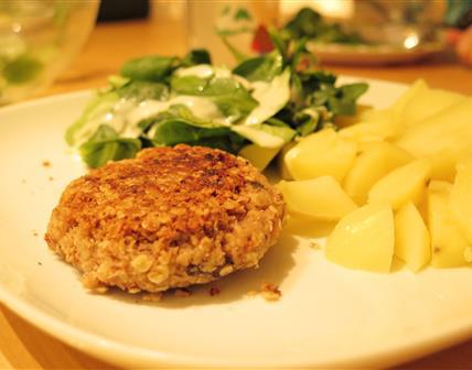 Burgers haricots blancs aux noix, pommes de terre nature et mâche