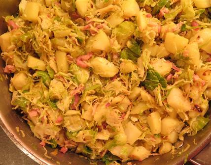 Fricassée aux choux de Bruxelles, pommes de terre et lardons