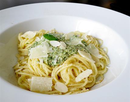 Spaghetti, crème de cresson, parmesan, amandes